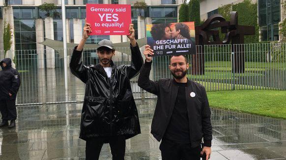Bastian Baumann (rechts) und Julian Fricker alias Dragqueen Shiaz Legz vor dem Kanzleramt in Berlin.
