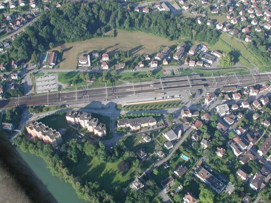 Turgi mit dem Bahnhof im Zentrum aus der Vogelperspektive