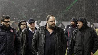 Olympiakos-Klub-Präsident Evangelos Marinakis (Mitte) ist sauer.