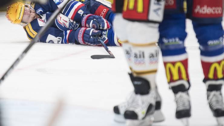 Robert Nilsson liegt verletzt auf dem Eis