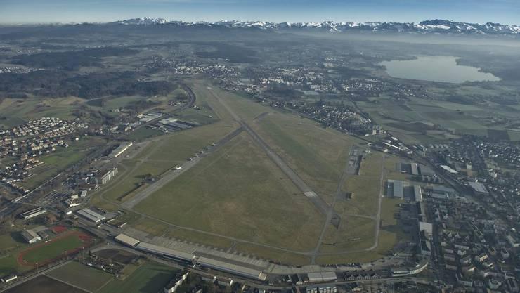 Der Flugplatz Dübendorf (Bild) ist für den Start des Innovationsparks Zürich noch nicht bereit. Vorübergehend werden die Unternehmen beim Bahnhof Stettbach angesiedelt. (Archiv)