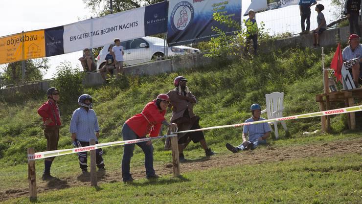 Impressionen vom Plauschtöfflirennen in Nesselnbach, zum neunten Mal organisiert von denFüürwehr-Oldies.