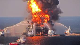 Auf der Ölplattform Deepwater Horizon war nach einer Explosion Feuer ausgebrochen (Archiv)
