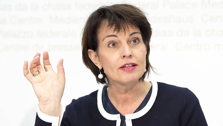 Umweltministerin Doris Leuthard will nach dem deutlichen Ja zum Energiegesetz keine voreiligen, neuen Entscheide treffen. (Archivbild)