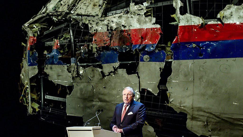 Setzt sich über die offizielle Zurückhaltung in der Schuldfrage hinweg: Tjibbe Joustra, Chef der Niederländischen Flugsicherheitsbehörde und Ermittlungsleiter für Flug MH17 bei der Präsentation der Ergebnisse.