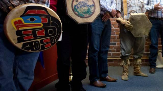 Ureinwohner an einer Medienkonferenz nach dem Gerichtsurteil