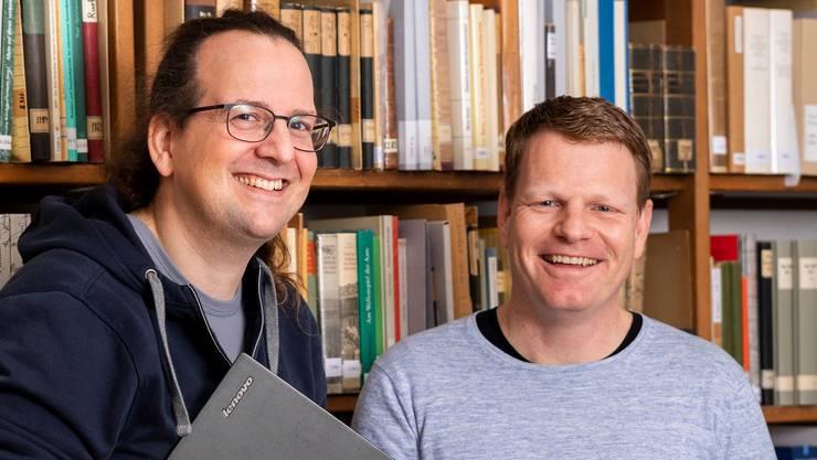 Dieter Studer-Joho und Matthias Friedli in einem Büro des Schweizerdeutschen Wörterbuchs Idiotikon in Zürich.