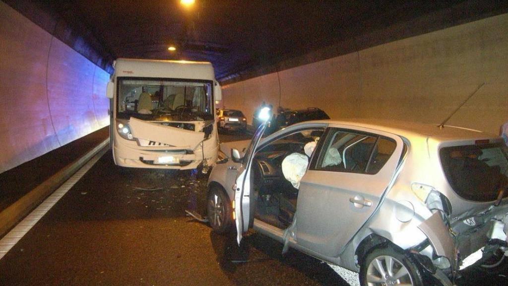 Bei einem Verkehrsunfall mit fünf beteiligten Fahrzeugen sind am Freitagabend im Umfahrungstunnel von Flüelen fünf Personen verletzt worden.
