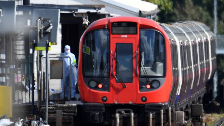 Die Bombe explodierte um 08.20 Uhr Ortszeit (09.20 Uhr MESZ) mitten im morgendlichen Berufsverkehr in einer voll besetzten U-Bahn nahe der oberirdischen Haltestelle Parsons Green.