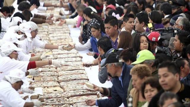 Zehntausende erhalten ein Stück vom fast zwei Kilometer langen Dreikönigskuchen
