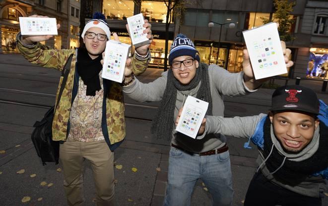 Sie haben es: Drei Jugendliche freuen sich am Freitag, 25. Oktober 2013, beim Apple Store an der Bahnhofstrasse in Zürich übers neue iPhone.