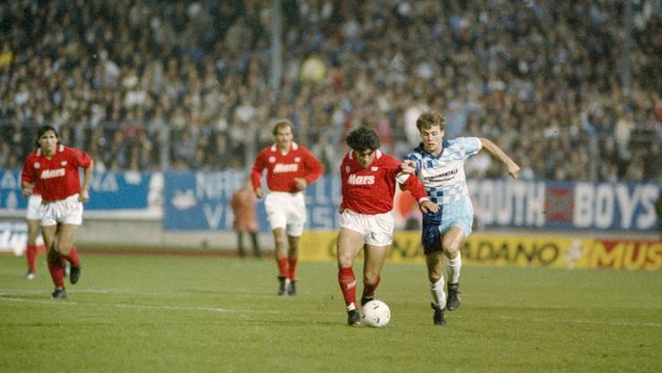 Ein Bild für die Ewigkeit: Maradona (am Ball) gegen den FC Wettingen im Stadion Letzigrund.