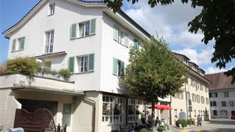Der «alte Pfauen» in der Pfauengasse 2 steht teilweise unter Denkmalschutz. Der vermögende Zurzacher Weinhändler Emil Burkhardt vermachte das Gebäude einst der Gemeinde mit dem Wunsch, dass darin ein Heim für Alte und Kranke entstehen soll. ZVG