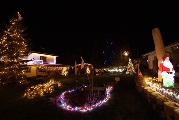Familie Roth aus Seon schickte uns dieses Foto ihrer schönen Weihnachtsbeleuchtung.