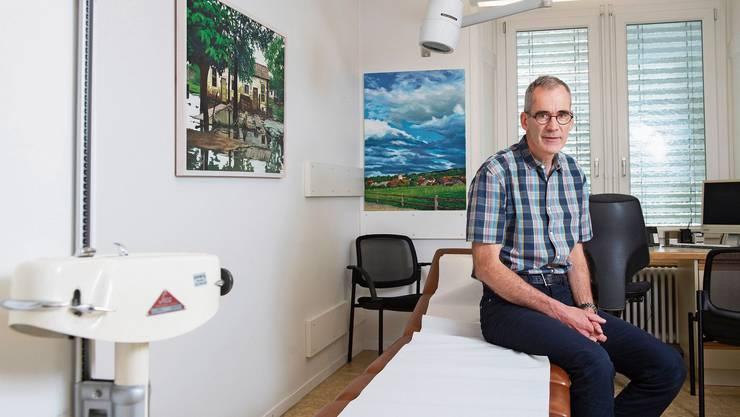 In seiner Freizeit malt er Bilder: Arzt Antoine Chaix in seiner Praxis in Einsiedeln.