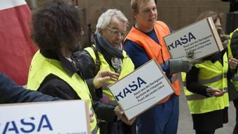 Raus aus der Sackgasse (RASA): Aktivisten überreichten der Bundeskanzlei 2015 im Namen des Initiativkomitees 110'000 Unterschriften.