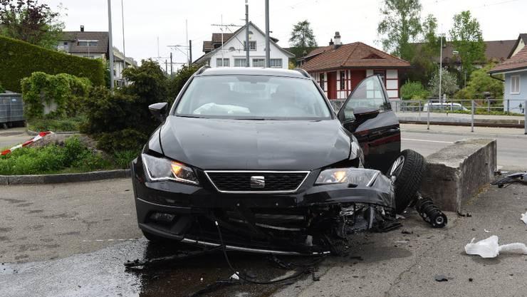 Eine 24-jährige Frau fuhr mit einem Personenwagen auf der Forchstrasse Richtung Egg. Dabei verlor die Lenkerin die Herrschaft über ihr Fahrzeug, kam rechts von der Strasse ab und kollidierte frontal mit einer Mauer. Die Frau verletzte sich beim Unfall und musste ins Spital gebracht werden.