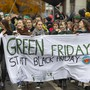 """""""Green Friday statt Black Friday"""" in Bern: Protest gegen Schnäppchenmentalität und Aufforderung zum Konsumverzicht - für das Klima."""