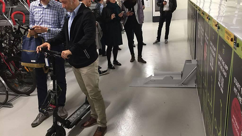 Mit Ibion drängt ein weiterer Elektromobilitätsanbieter auf Strassen im Raum Basel. Seine E-Trottinetts werden in fixen Garagenboxen zusammengeklappt versorgt und aufgeladen. Die Miete läuft über Smartphones.