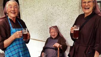 Eine Kloster-Schwester aus Deutschland, Schwester Martha und Schwester Priska genossen das Bier.