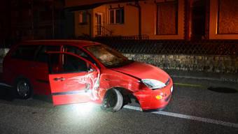 Durch die Wucht des Aufpralls wurde das Fahrzeug zurück auf die Strasse geschleudert und kam schlussendlich in der Strassenmitte zum Stillstand.