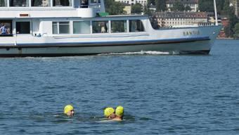 Badekappen können helfen, um sich sicherer im Wasser zu bewegen. Eine Badekappe schützt aber noch nicht vor kopflosen Aktionen der Schwimmer.