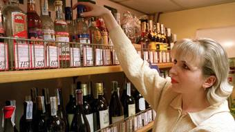 Wodkaflaschen in einem Laden in Moskau (Archiv)
