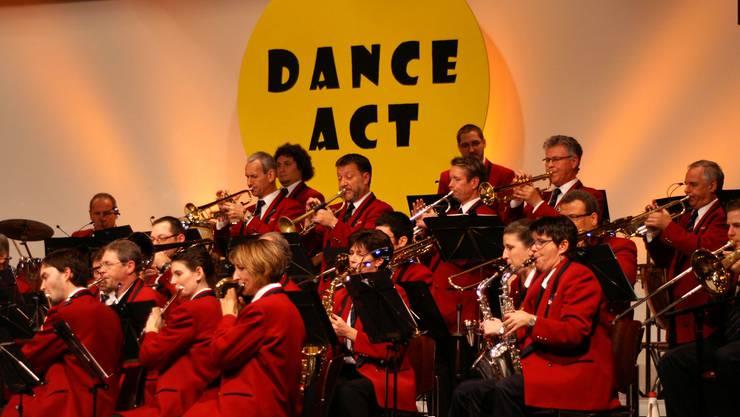 Flöten, Saxofone, Trompeten und Perkussionisten in konzentriertem Spieleinsatz.