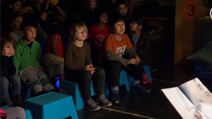 Gebannt lauschten Kinder an der Erzählnacht 2017 einer Geschichte. zvg/Ayse Yavas