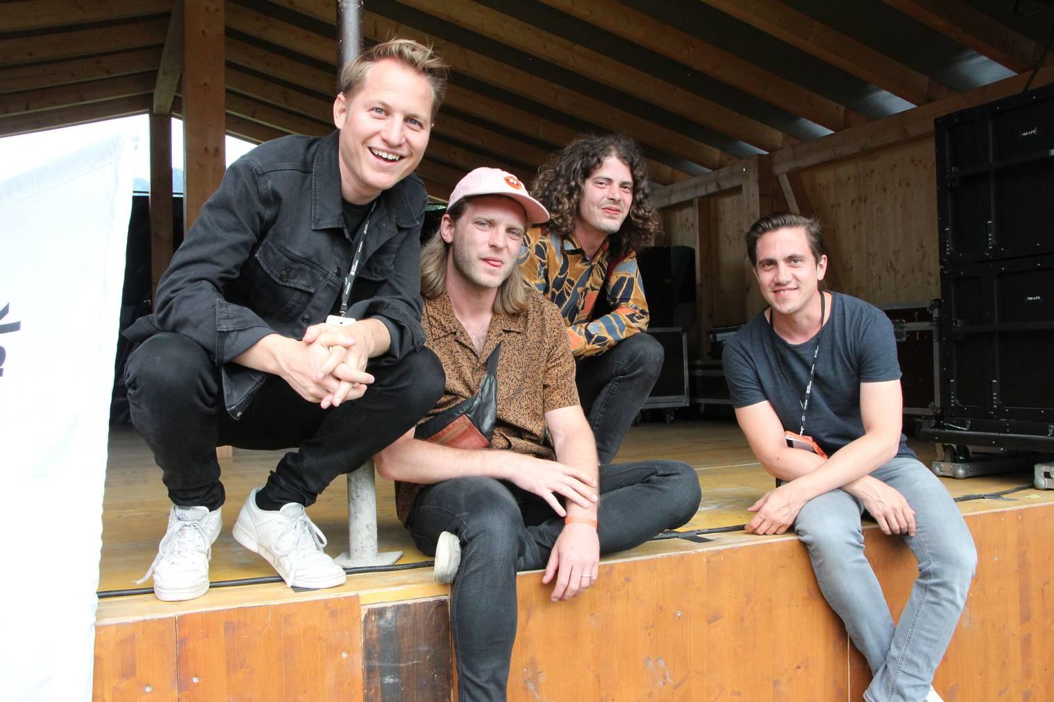 Die Band Hecht ist bereits das zweite Mal am Quellrock. Stefan Buckt, der Leadsänger ist ganz links im Bild. (Bild: Lara Abderhalden)