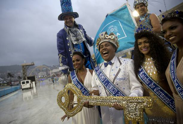 Karneval-König Momo Wilson Neto beim offiziellen Start des Karnevals im Sambódromo.
