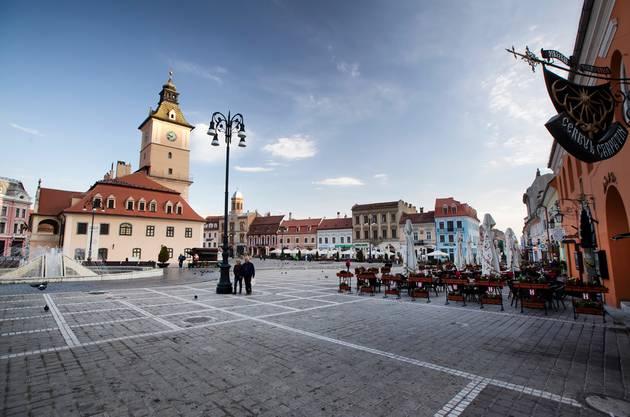 Die Altstadt von Brasov ist reich an hübschen Restaurants und buntem Leben. thinkstock