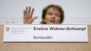 Finanzministerin Eveline Widmer-Schlumpf informiert, wie der Bundesrat die Anforderungen für systemrelevante Banken verschärfen will.