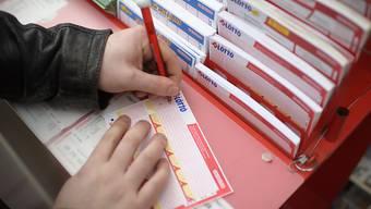 Wieder hat am Samstag im Schweizer Lotto niemand auf die richtigen sechs Zahlen und die Glückszahl getippt. Damit steigt der Jackpot für die nächste Ziehung am Mittwoch auf 30,4 Millionen Franken.
