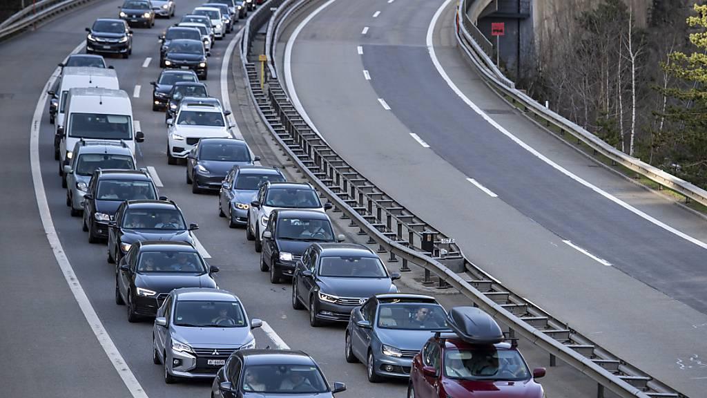 Autos stauen sich auf Gotthard-Nordseite auf 10 Kilometern Länge