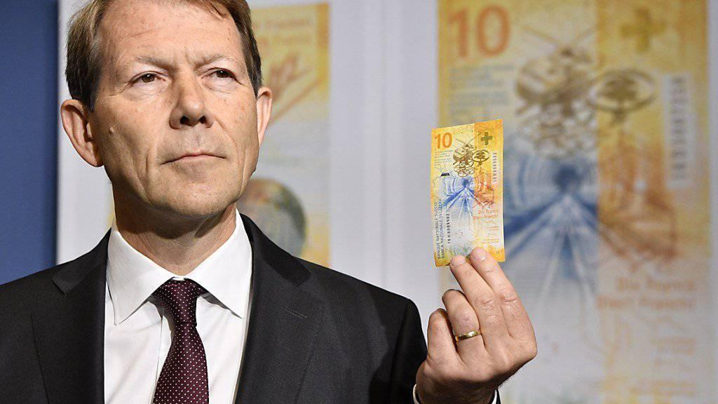 SNB-Vize Fritz Zurbrügg präsentiert vor den Medien in Bern stolz die neue Zehnernote.