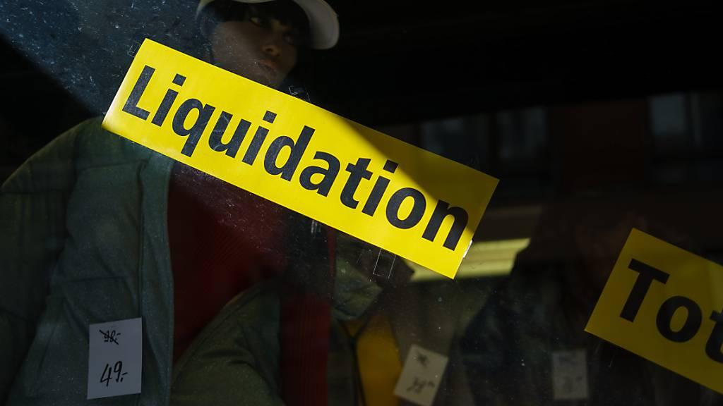 Im Schaufenster eines Kleidergeschäfts wird die Total-Liquidation beworben (Symbolbild).