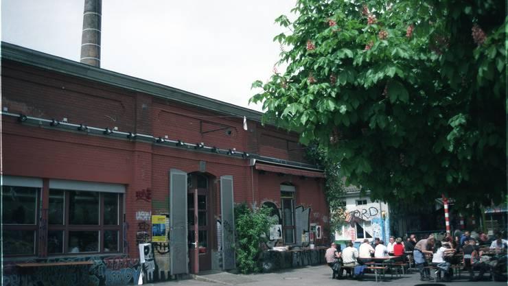 """Das Kulturzentrum Rote Fabrik mit der Gartenwirtschaft """"Ziegel oh Lac"""". (Archiv 2001)"""