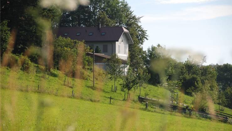 Noch sind die Fensterläden des ehemaligen Schulhauses auf dem Grossbrunnersberg verschlossen. Das könnte sich bald ändern.