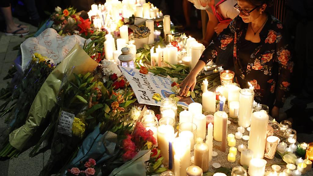 Bürgerinnen und Bürger nehmen in London an einer Mahnwache zum Gedenken an die getötete junge Lehrerin teil. Foto: David Cliff/AP/dpa