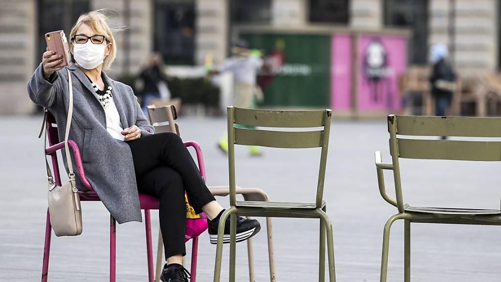Eine Frau macht auf dem Zürcher Sechseläutenplatz ein Selfie. (Archivbild)