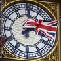 ARCHIV - Eine am Ziffernblatt des Big Ben befestigte britische Flagge weht im Wind. Foto: Alberto Pezzali/AP/dpa