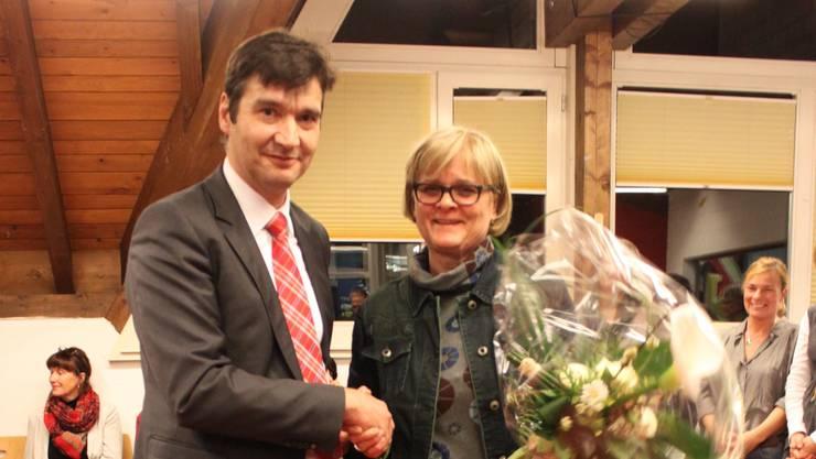 Der Stadtpräsident bedankt sich mit einem Blumenstrauss