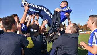 Ausgelassen feiern die A-Junioren ihren Trainer Juan Doval nach ihrem Aufstieg. Jubelt bald auch das Fanionteam? zvg