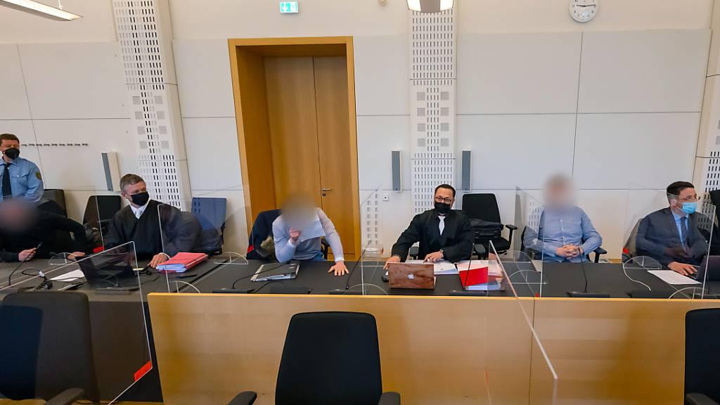 Die Angeklagten mit ihren Verteidigern zu Beginn des Prozesses im Landgericht Dresden. Foto: Matthias Rietschel/dpa-Zentralbild/dpa - ACHTUNG: Person(en) wurde(n) aus rechtlichen Gründen gepixelt