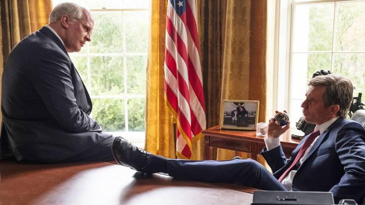 Wer hat hier das Sagen? Christian Bale als Dick Cheney (links) und Sam Rockwell als US-Präsident George W. Bush in der Politsatire «Vice».