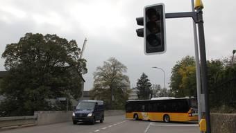 Die neuen Lichtsignale erleichtern den Postautos zu den Stosszeiten das Einbiegen von der Langmatt- in die Zurzacherstrasse. Tagsüber sind sie ausser Betrieb.