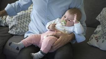 Das Komitee beschreibt den zweiwöchigen Vaterschaftsurlaub als «vernünftig». (Themenbild)