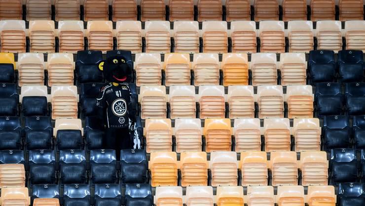 Das Maskottchen des HC Lugano auf der leeren Zuschauertribüne.