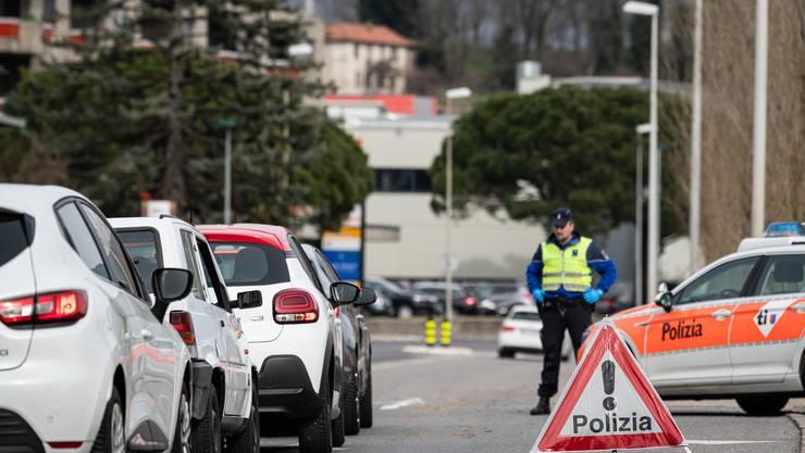 Die Kantonspolizei Tessin kontrolliert Grenzgänger.